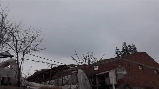 Şiddetli rüzgar sera ve çatılara zarar verdi