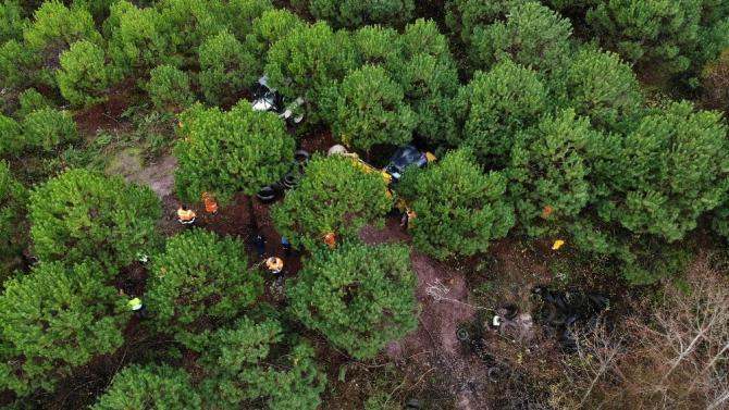Şile'de ormandaki lastikleri kaldırma çalışmaları havadan görüntülendi