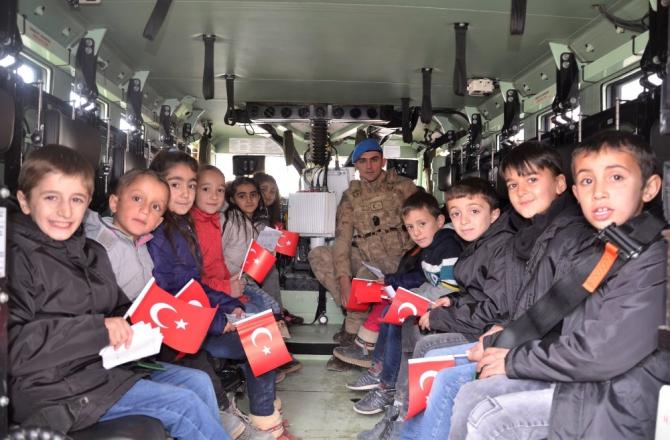 Beytüşşebap'ta öğrenciler zırhlı araçla şehir turu attı