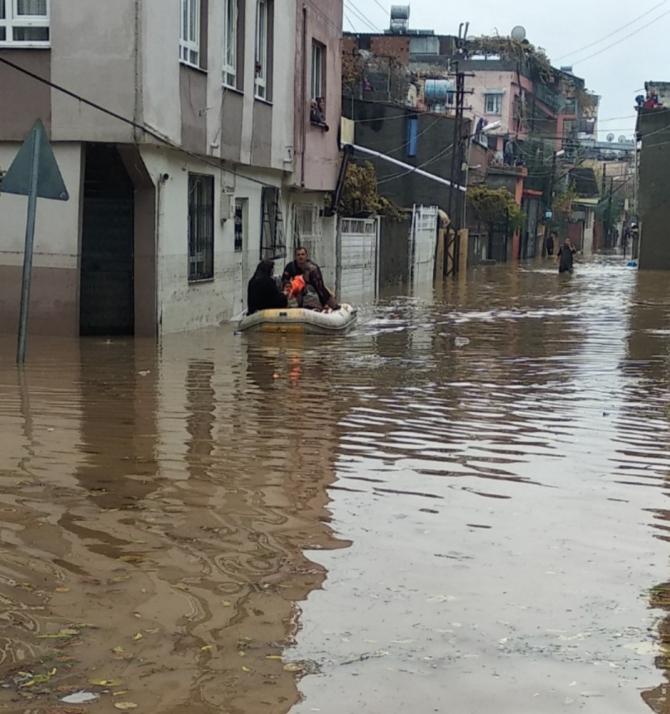Can-Kur ekipleri vatandaşı sırtlarında taşıyıp kurtardı