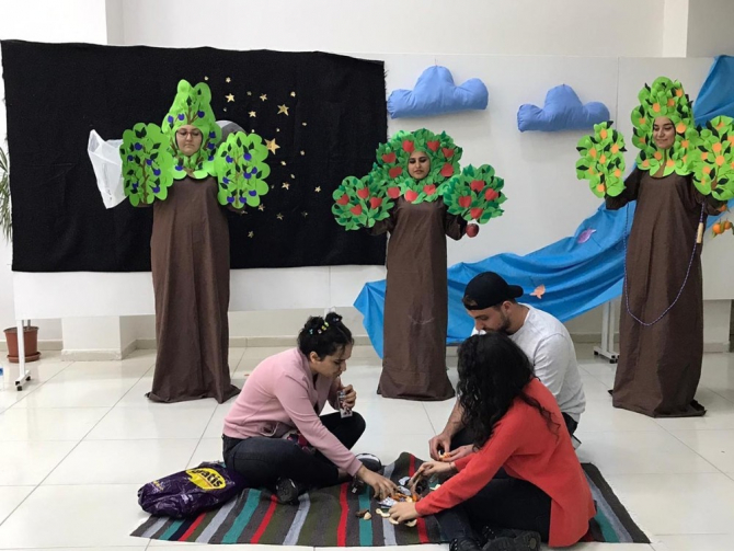 Çocuk gelişimi öğrencilerinden atık malzemelerden sergi ve tiyatro gösterisi