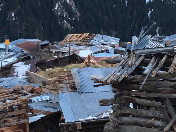 Artvin'de fırtına asırlık köyü yerle bir etti