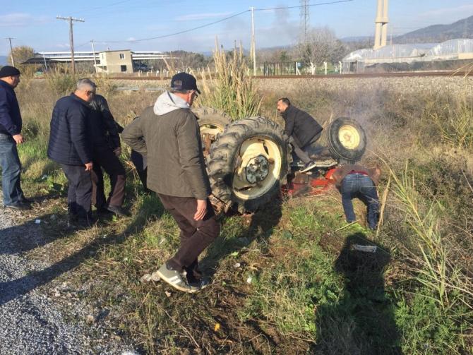 Kamyonetin çarptığı traktör şarampole yuvarlandı: 1'i ağır 3 yaralı