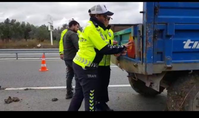 Karayollarında traktör römorklarına reflektör takıldı