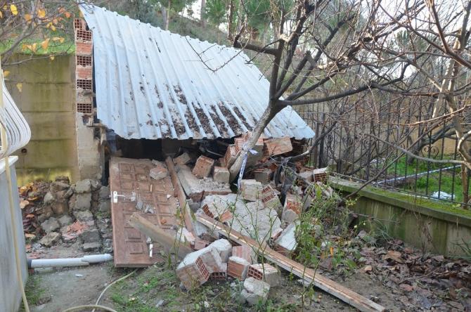 Manisa'da toprak kayması okulun bahçe duvarlarına zarar verdi