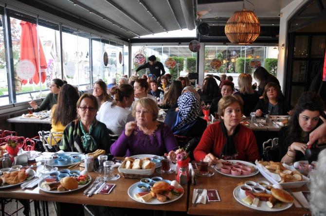 Türk Anneler Derneğinden yeni yıl kahvaltısı
