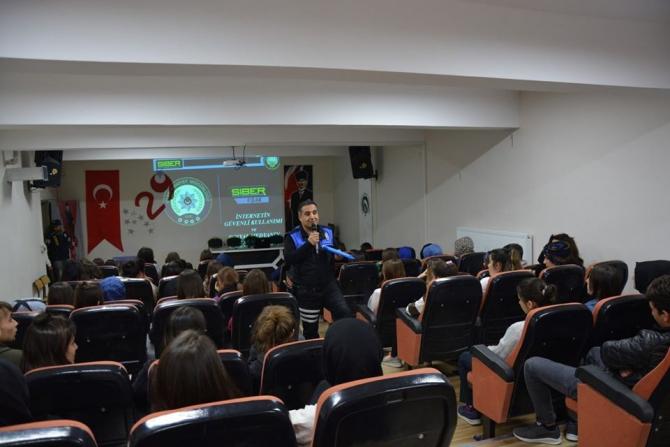 Uşak polisinden 'Sanal Dünyada Güvende Miyiz' semineri