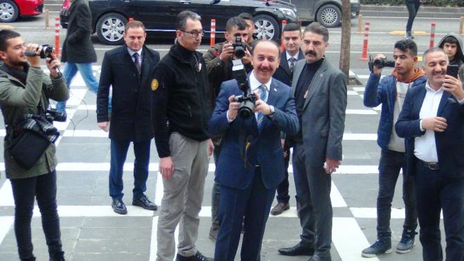 Gazeteciler fotoğraflarını sergiledi, Vali Erin de gazetecileri fotoğrafladı
