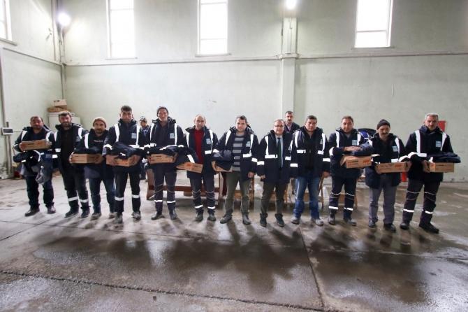 Hacılar Belediyesi personeline kışlık kıyafet dağıttı
