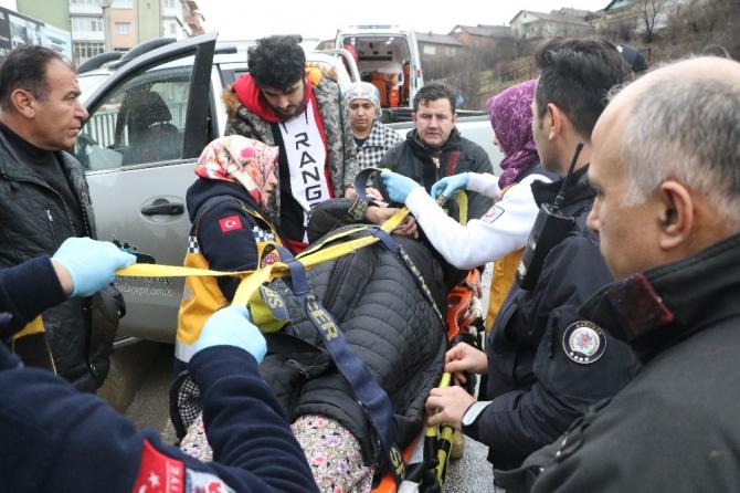 Kamyonet su kanalında asılı kaldı: 2 yaralı