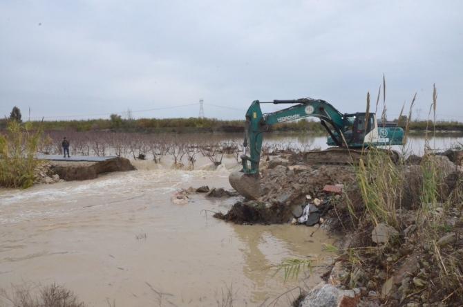 Sulama kanallarında yaşanan taşkın ve yarılmaların kapanması için çalışmalar sürüyor