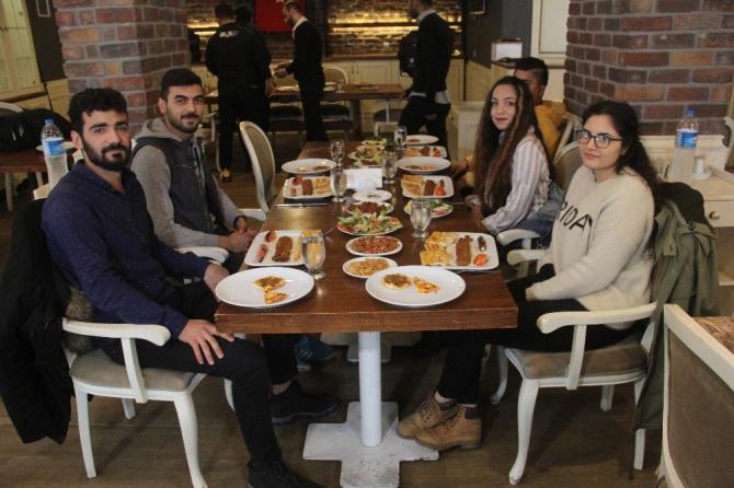 Üniversite öğrencilerine ücretsiz kebap