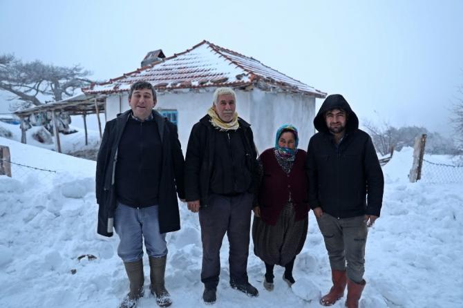 Manisa'da 4 gündür karda mahsur kalan vatandaşlar kurtarıldı