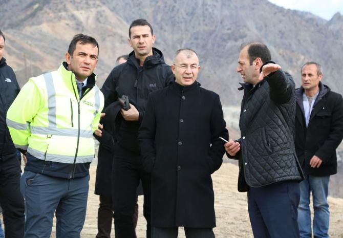 Artvin Valisi Doruk Yusufeli yeni yerleşim yerinde fidan dikti