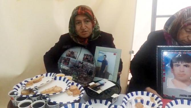 HDP önünde PKK tarafından kaçırılan oğlunu bekleyen anneden en acı doğum günü kutlaması