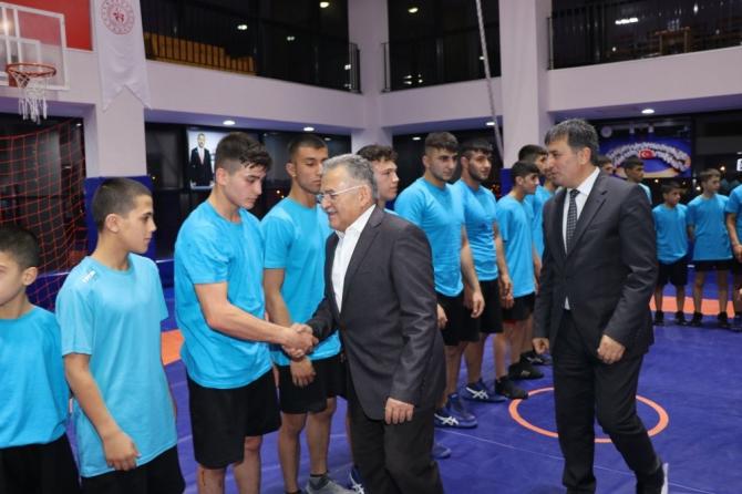 Başkan Büyükkılıç Güreşçilerle Buluştu