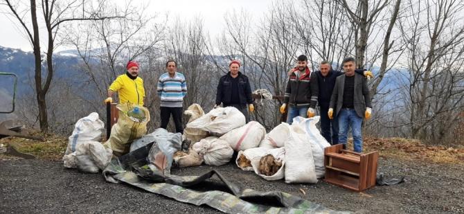 Ormana atılan çöpler toplandı