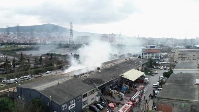 Ümraniye'de yangın çıkan ambalaj deposu havadan görüntülendi