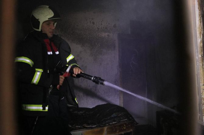 Evde yalnız yaşayan kişi uykusunda yangına yakalandı