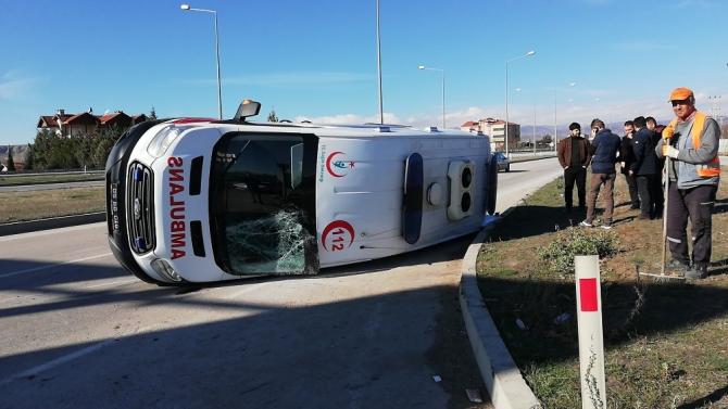 Hafif ticari araç ile ambulansla çarpıştı: 5 yaralı