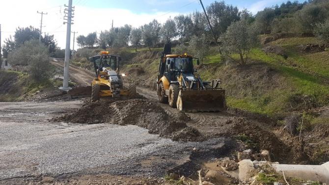 Büyükşehir Belediyesi Alanya'da fırtına ve sağanak yağışın izlerini temizliyor
