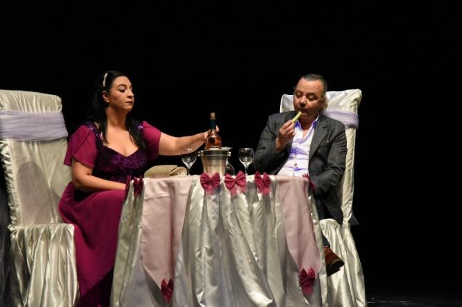 'İki Bekar' adlı oyun tiyatroseverlerle buluştu