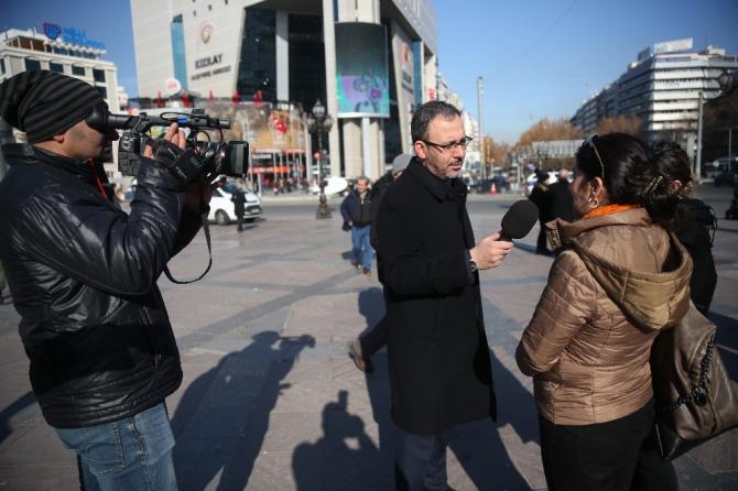 Bakan Kasapoğlu, Gazeteciler Günü'nde muhabir oldu, sokağa çıktı