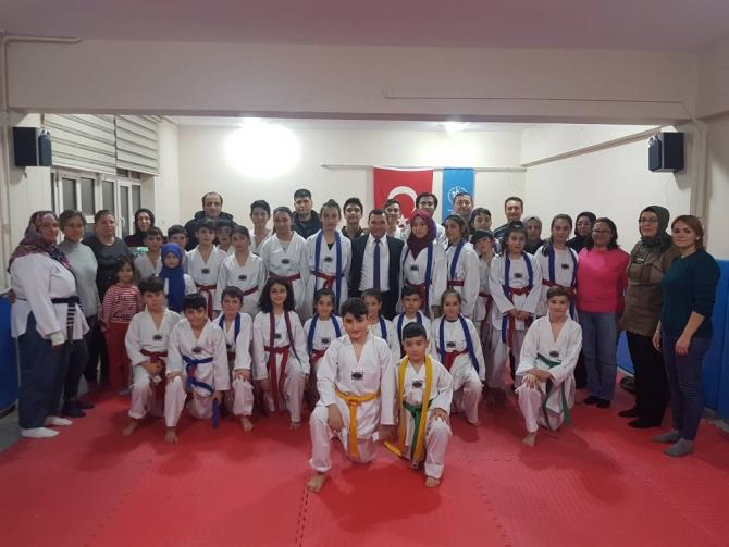 Taekwondo sporcuları kuşak bağladı