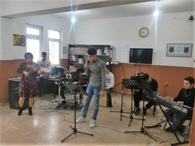 Liseli öğrencilerden askere destek konseri