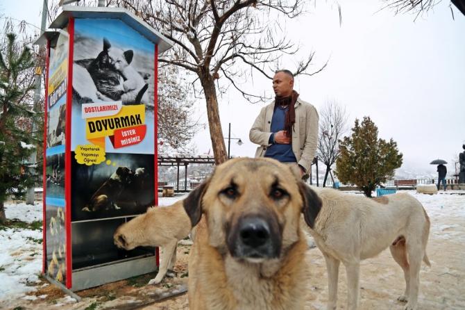 Boks makinesinden esinlendi, sokak hayvanları için mamamatik yaptı