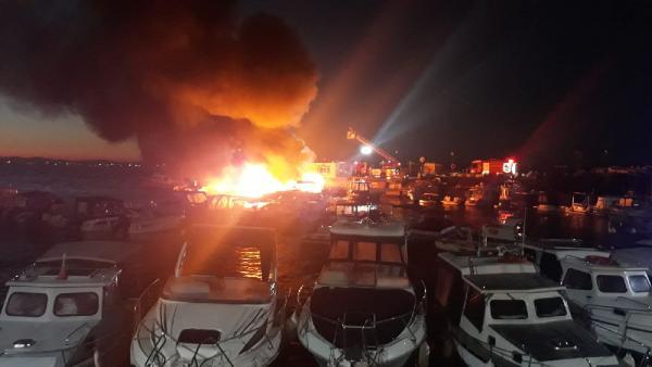 Kartal'da korkutan yangın! 6 tekne cayır cayır yandı
