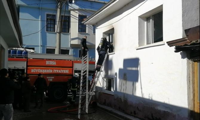 Yangına müdahale eden itfaiyecinin başına merdiven düştü