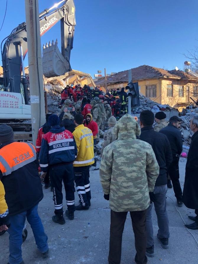 Diyarbakır'dan Elazığ'a sevk edilen sağlık ve UMKE ekipleri çalışmalarını sürdürüyor