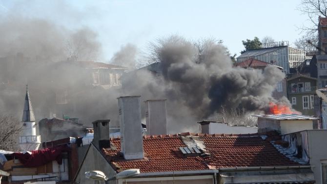 Fatih'te 3 katlı bina alev alev yandı
