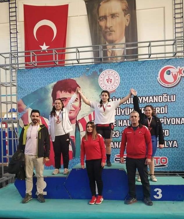 14 yaşındaki Fatma Gül'den büyükler şampiyonasında Türkiye rekoru