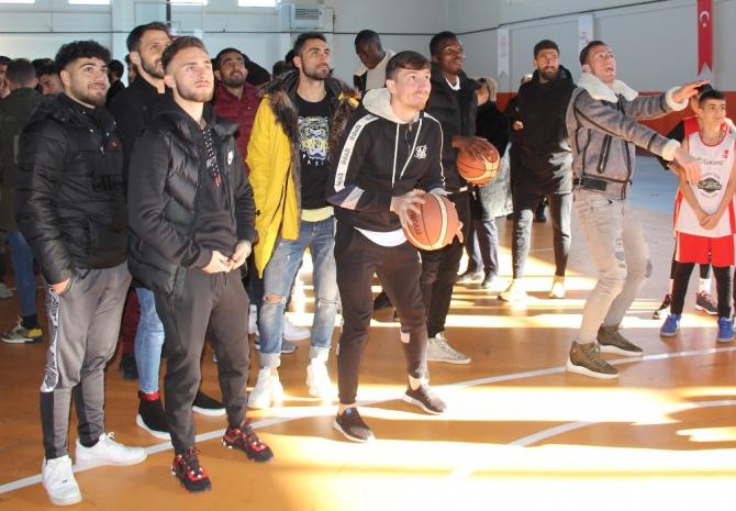 Sivassporlu futbolcular basketbol oynadı