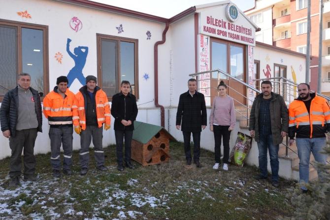 Sokak hayvanları için yapılan kulübeleri uygun alanlara bırakıldı