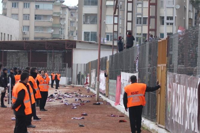 Hatayspor-Menemenspor maçında atkılar sahaya atıldı
