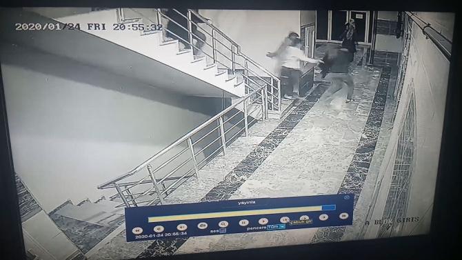 Deprem sırasından bir sitede yaşanan panik anları kameralara yansıdı