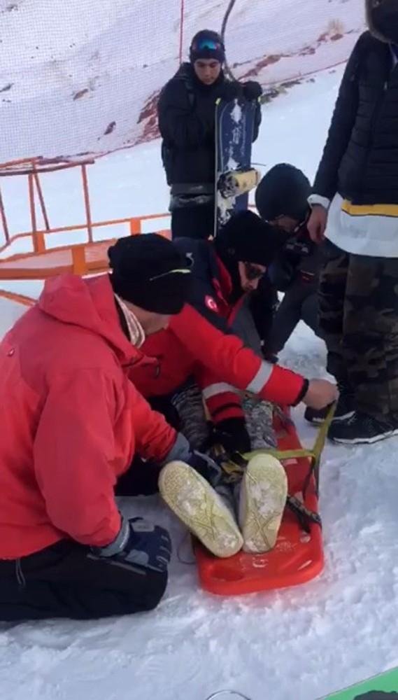 Düşerek yaralanan kayakçı hastaneye kaldırıldı