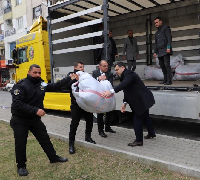 Turgutlu'da depremzedeler için 24 saatte iki tır dolusu yardım toplandı