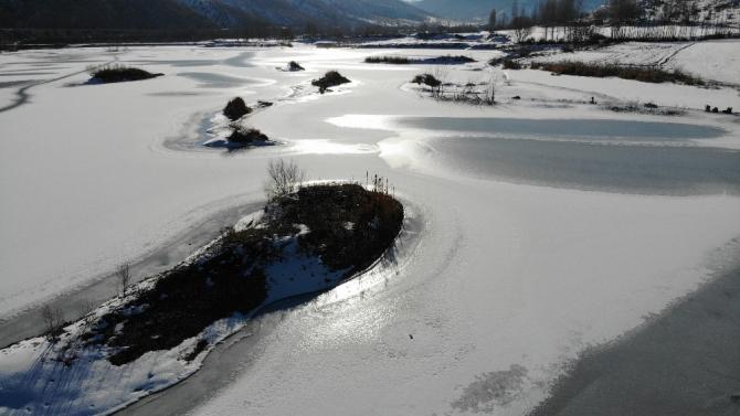 Bayburt'ta soğuk hava göl ve derelerin yüzeyini dondurdu