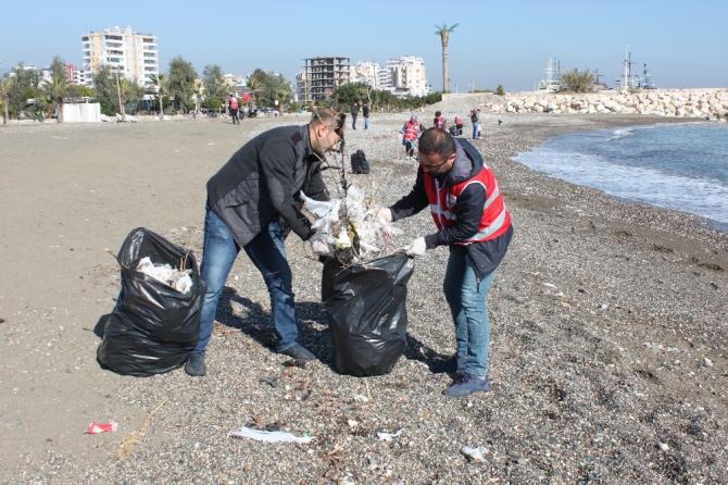 Kızılay gönüllüleri sahili plastik atıklardan temizledi