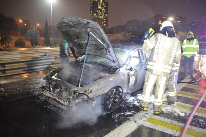 Fatih Sultan Mehmet Köprüsü girişinde otomobil alev alev yandı
