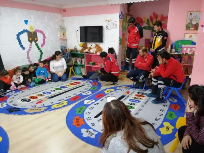 Ardahan AFAD ve UMKE ekipleri miniklere deprem eğitimi verdi