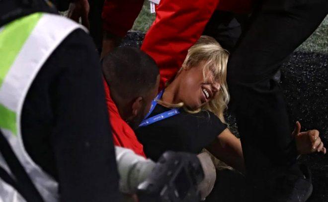 Kelly Kay, Super Bowl'da sahaya atlayıp iç çamaşırını gösterdi!