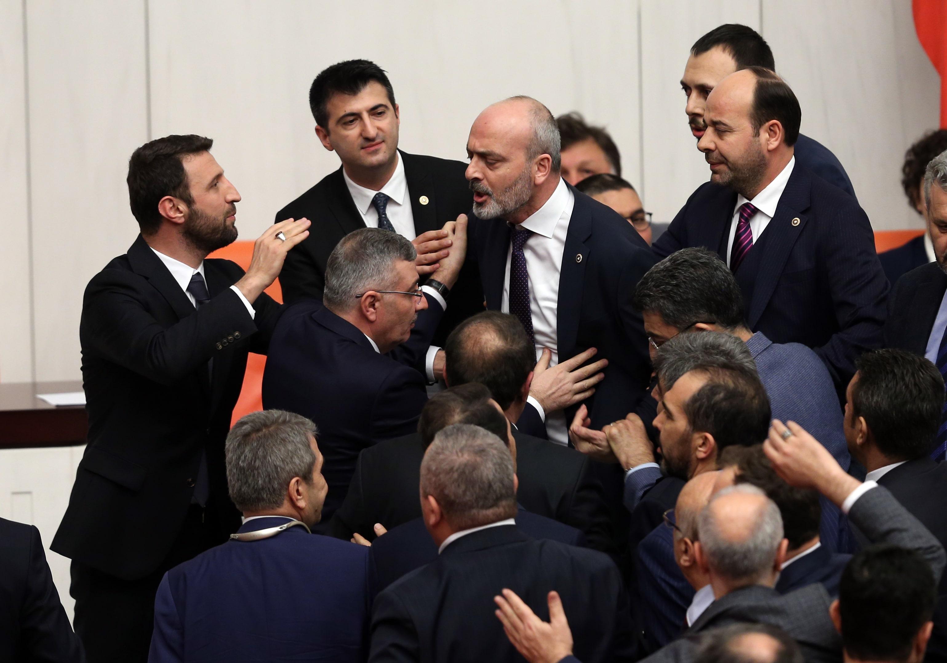 Meclis karıştı! Vekiller birbirinin üzerine yürüdü