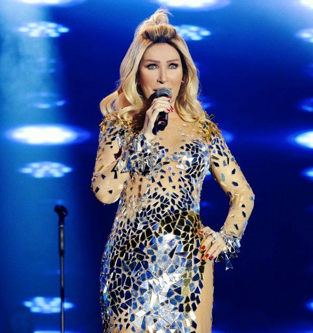 Seda Sayan verdiği konserde kıyafetiyle yürek hoplattı