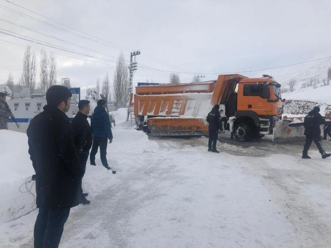 Hizan'da karla mücadele çalışmaları aralıksız sürüyor