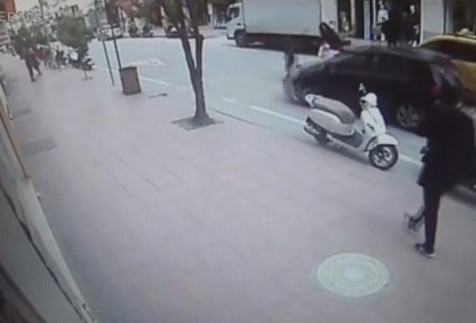 8 yaşındaki çocuğa yaya geçidinde otomobil çarptı